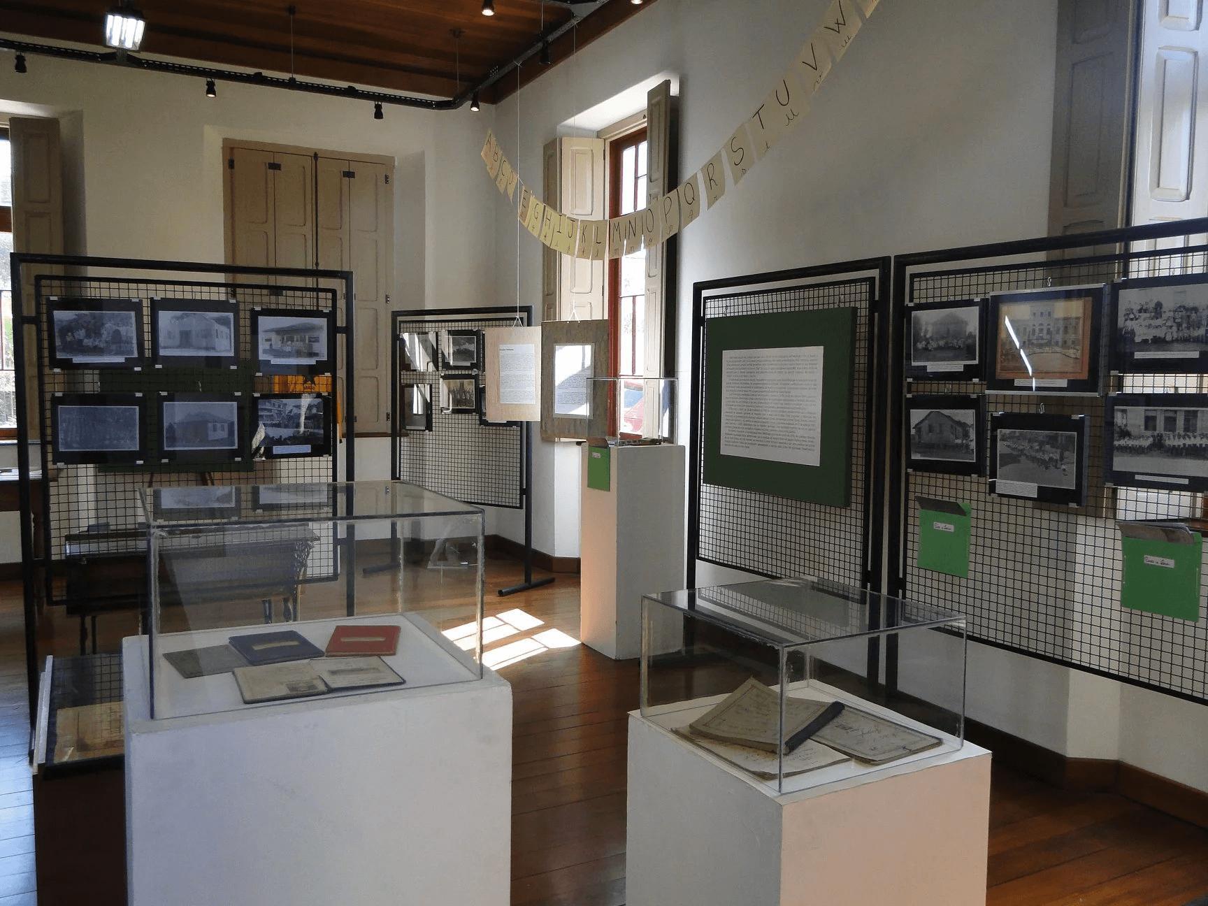 Foto de uma sala de exposições do Museu do Imigrante.