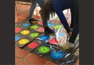 adolescentes jogando Twister