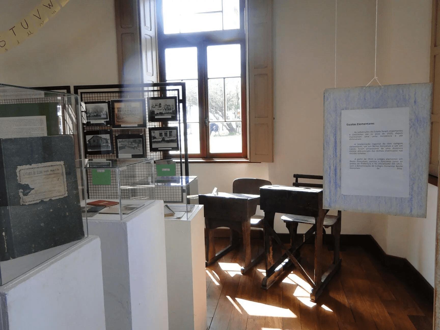 Foto de uma sala do museu com várias exposições.
