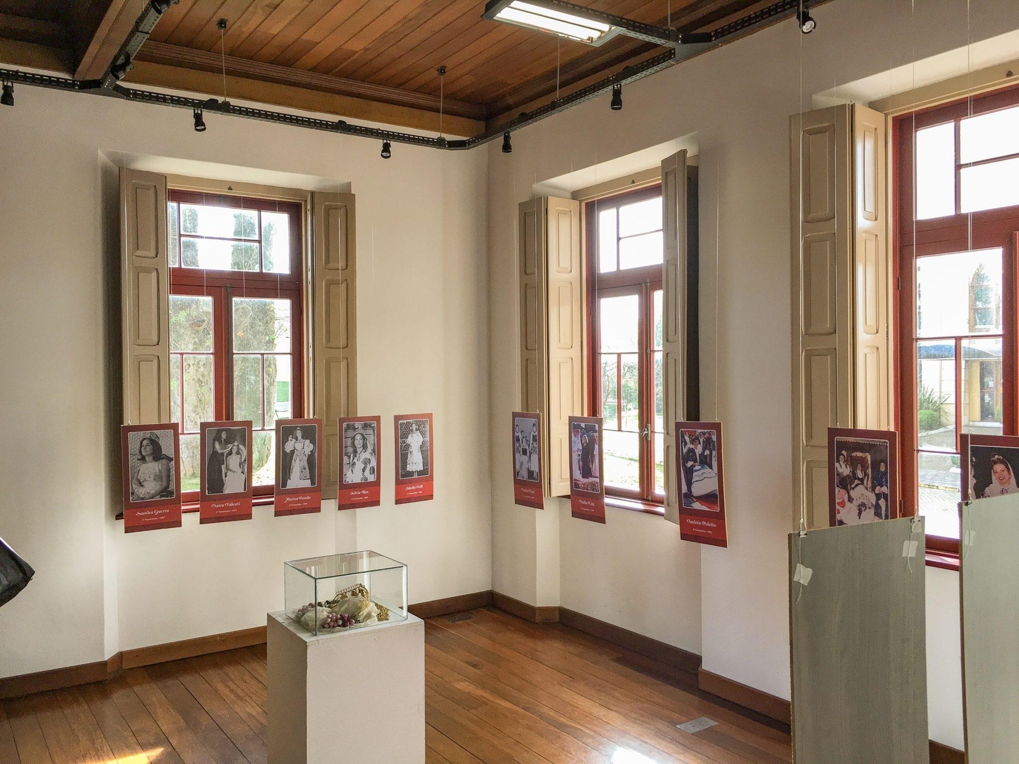 Foto de uma sala do museu com exposições