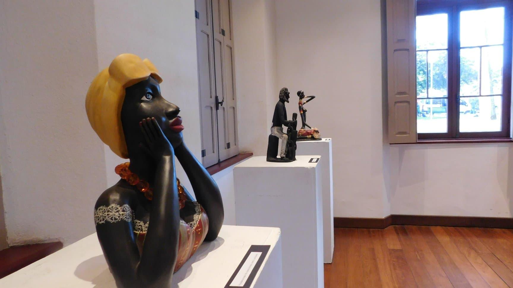 Foto de uma sala do museu com algumas estátuas em exposição.